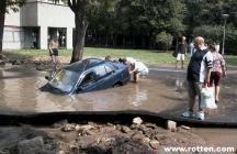 accident de voiture et flaque