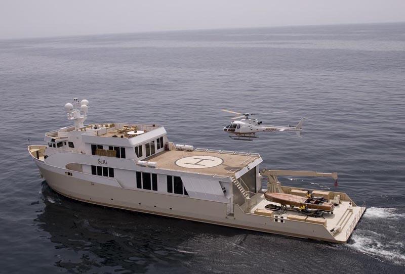 Superyachts escorte Suri.