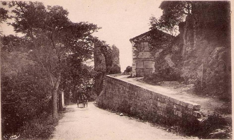 roche-aiguille-route-de-chateaudouble-charrette-sur-la-route.1223482222.JPG
