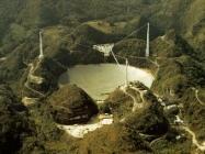 Le radiotélescope géant d'Arecibo, dont la technique de miroirs secondaires pourrait être utilisée sur la Lune