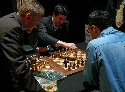 les champions d'échecs choisissent les pièces du match - photo Chessbase