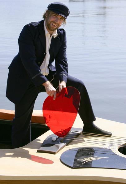 Une guitare géante en guise de bateau