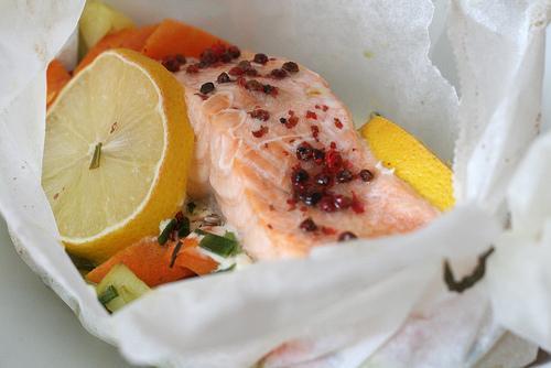 Papillote de saumon aux l gumes aux baies roses paperblog - Saumon papillote au four ...