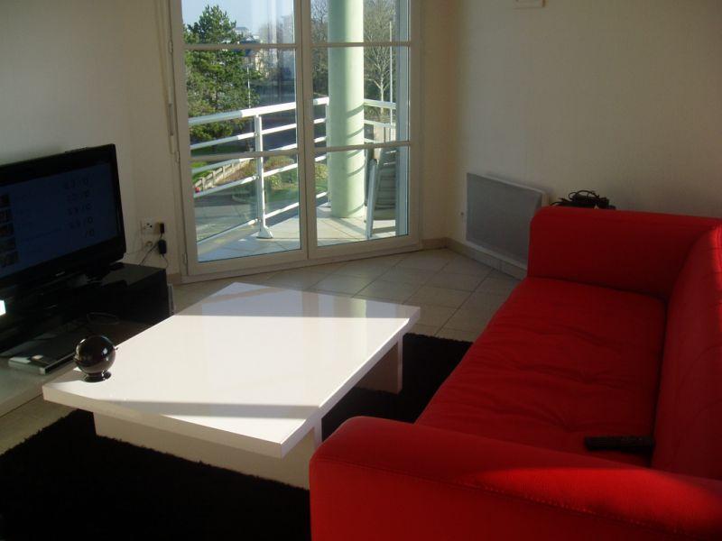 m lanie veut mettre des rideaux dans son salon d couvrir. Black Bedroom Furniture Sets. Home Design Ideas