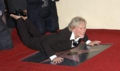 Glenn Close fait des acrobaties sur son étoile
