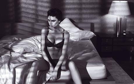 Emporio Armani : Les photos de Victoria Beckham en lingerie