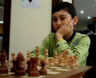 Un jeune joueur d'échecs