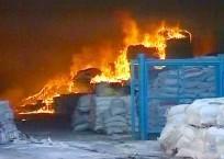 Incendie dans un bâtiment où était entreposée de l'aide humanitaire, déclenché par des tirs d'obus israéliens sur Gaza.