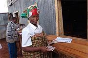 Burundi : dans un centre de transit, une rapatriée montre l\'argent qu\'elle a touché pour se réinstaller.