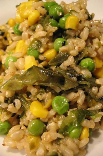 Wok de riz complet aux légumes et aux algues