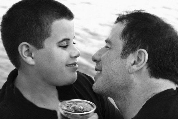 Le fils de John Travolta pris en photo mort à la morgue ! John Furieux