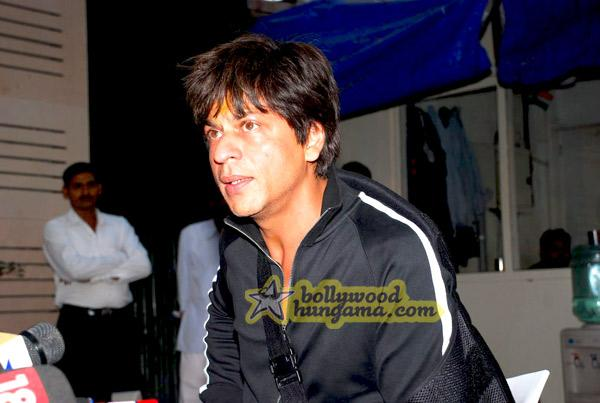 [PHOTOS] Shahrukh Khan meets the media after his surgery