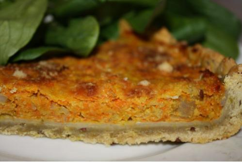 Tarte topinambours, carotte et courge, pâte à la farine bise, au curcuma et aux graines de lin.