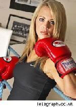 Seins trop gros  une boxeuse n´a pas le droit de monter sur le ring
