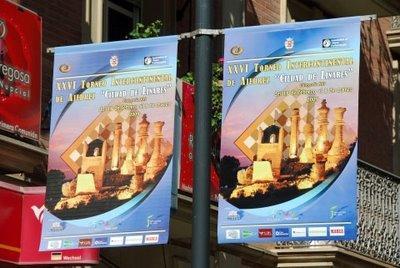 Des posters du tournoi d'échecs sont suspendus un peu partout dans la ville espagnole (photo ChessBase)