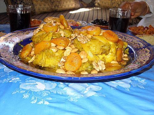 Tajine de poulet aux abricots secs, amandes et noix