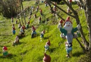 Humour une fan de nains de jardin pri e de cacher la nudit de ses figurines d couvrir - Nains de jardin originaux ...