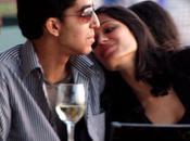 Patel Freida Pinto s'embrassent