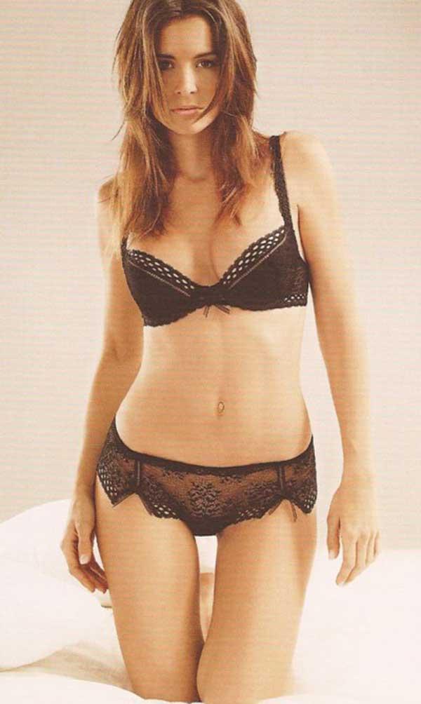 Mannequins et modèles en lingerie et les seins nus