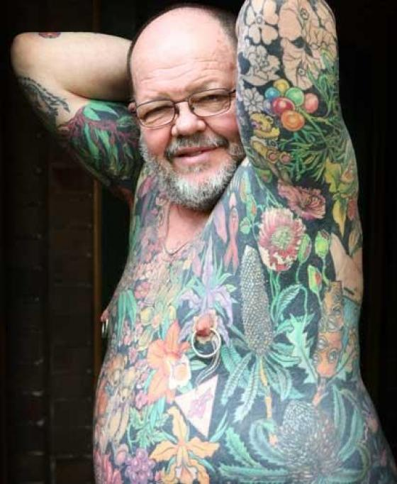 L homme tatou fait don de sa peau une galerie d art for Tattoos on old saggy skin