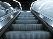 Elle reçoit amende elle tenait rampe l'Escalator
