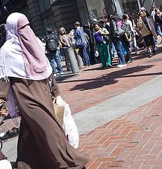 Burqa, niqab, sittar... laissons parler les femmes qui le portent!