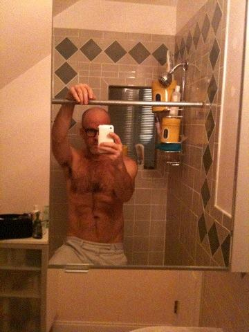 Mickael Stipes (REM) s'exhibe torse nu sur un site gay avec son Iphone...