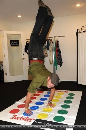 Kellan Lutz joue à Twister