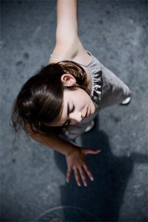 Anti-gravity girl (portrait photographique)