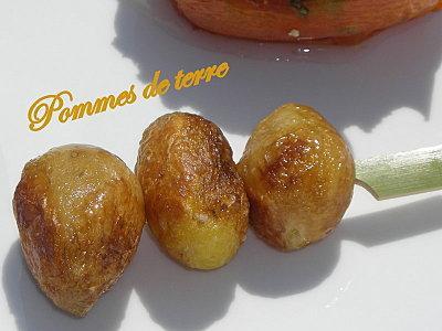 Assortiment de légumes d'été : flan de courgette, brochette de grenailles et tomate provençale