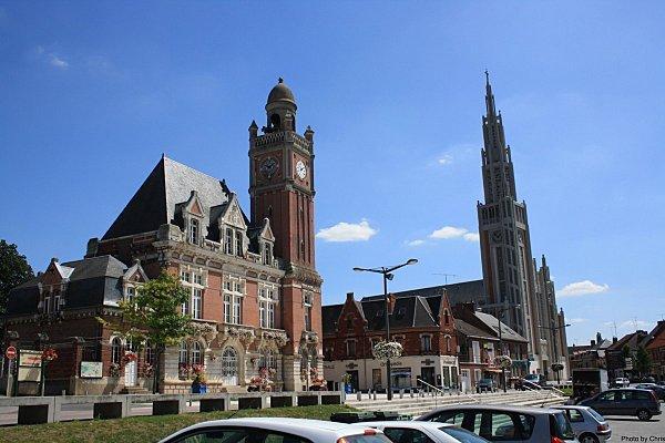Hôtel de ville et église de Moreuil dans la Somme, France