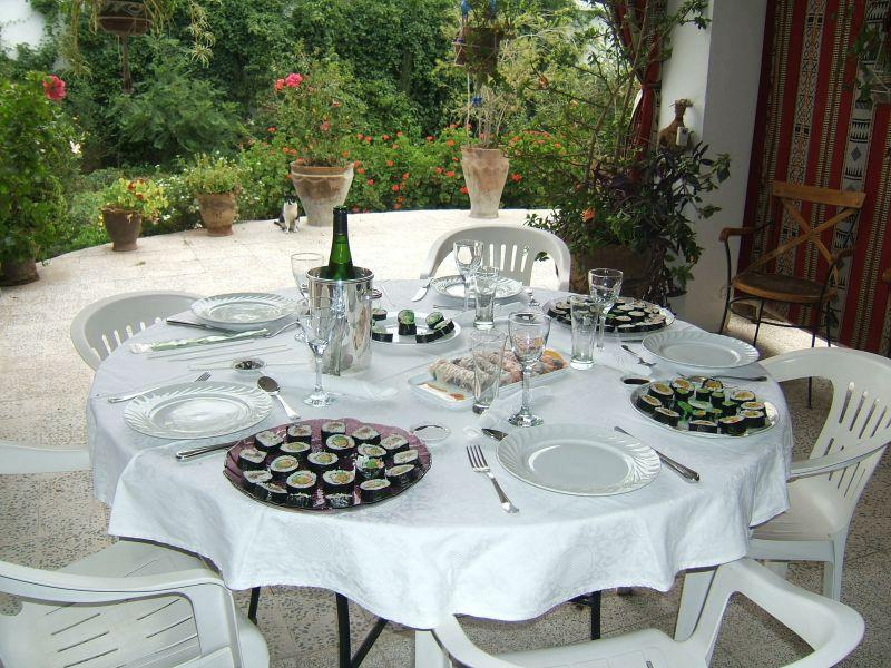 La convivialit d un repas sushis entre amis d couvrir - Repas convivial entre amis ...