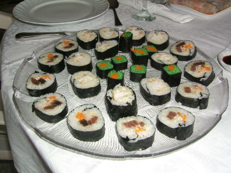 La convivialit d un repas sushis entre amis d couvrir for Repas convivial entre amis