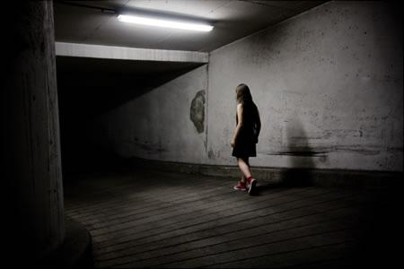 A bit like Alice - Tumbling down the rabbit hole (photographie conceptuelle)