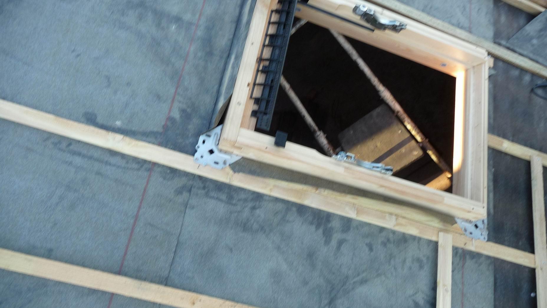 Pose d une fen tre de toit type velux d couvrir for Pose d une fenetre