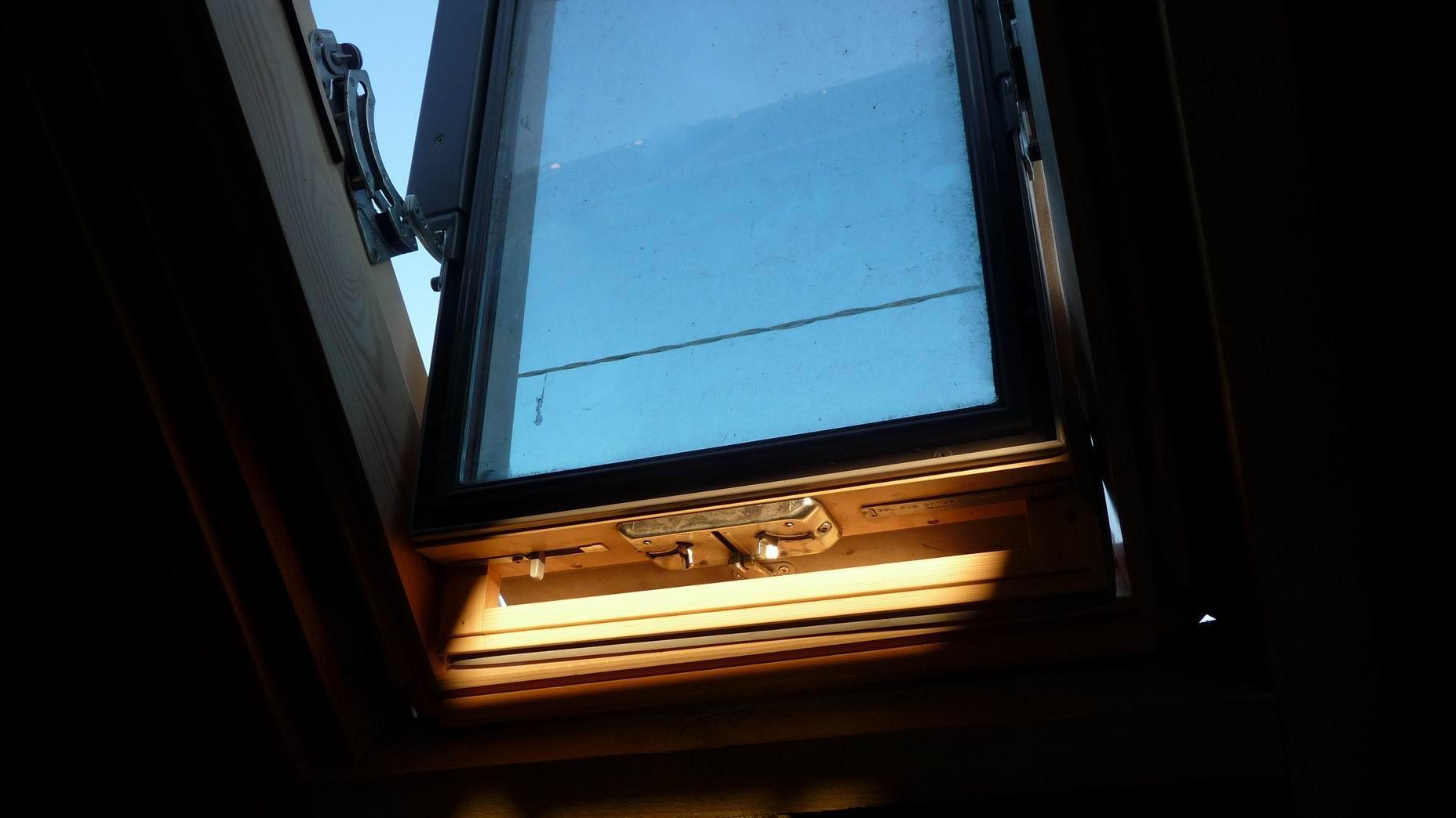 Pose d une fen tre de toit type velux d couvrir for Fenetre a carreau