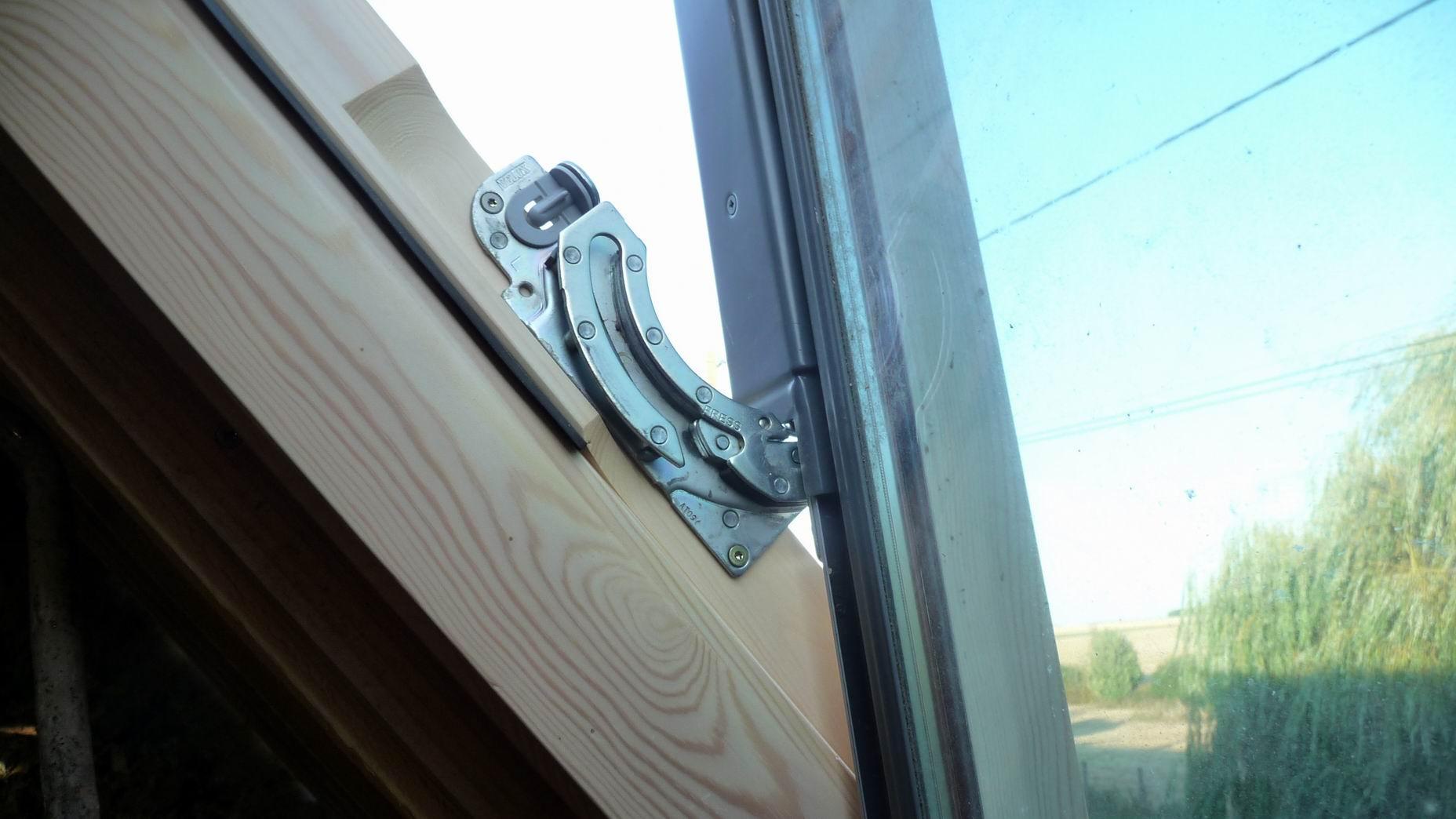Pose d une fen tre de toit type velux d couvrir - Comment poser un velux ...