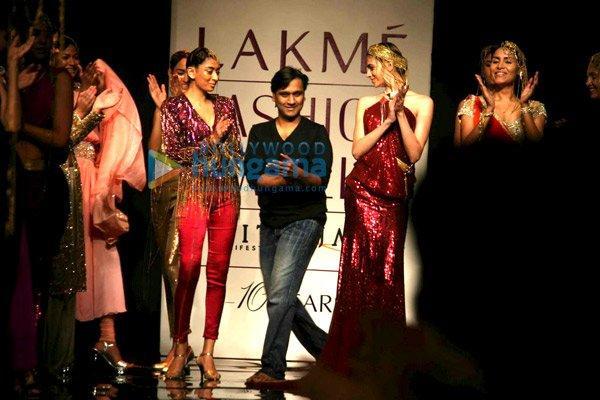 Lara Dutta défilé pour Manesh Agarwal