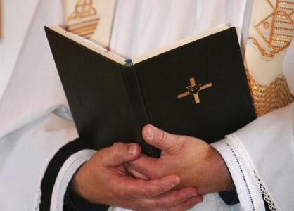 Un prêtre interpellé pour braquage d'une banque en Pologne
