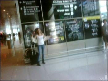 Emma Watson dans un pub et dans un aeroport (divers)