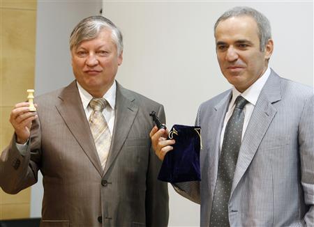 Anatoli Karpov (gauche) et Garri Kasparov à droite lors du tirage au sort des couleurs pour le match exhibition à Valence la semaine dernière.