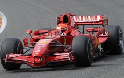 Le Baron Rouge, Michael Schumacher, à lessai dans la Ferrari en juillet 2009. Ses essais nauront pas durer longtemps. Un retour au volant pour 2010 ne serait pas totalement écarté, sauf si Alonso ne vient pas évidemment !