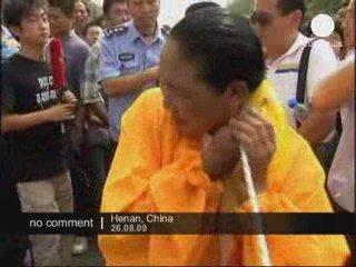 Une femme tire une voiture avec ses cheveux en Chine
