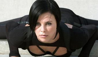 La bataille pour Catwoman continue ... Charlize Theron dans la compétition !