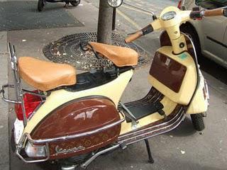 Un scooter customisé inspiration Louis Vuitton