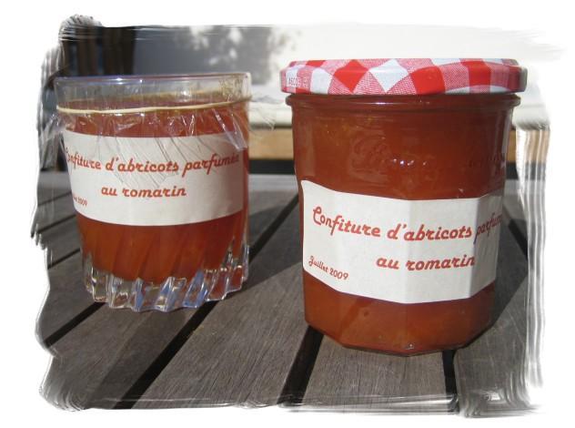 Confiture d'abricots parfumée au romarin