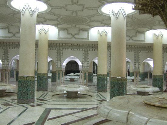 Casablanca, Maroc : Basement under the Mosque for prayer washing themselves