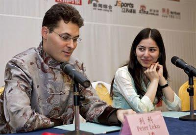 Peter Leko avec Lilit Mkrtchian lors de la conférence de presse