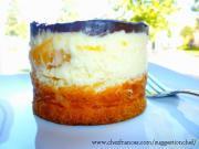 Gâteau mousse aux pêches sur pâte à choux avec cercle à pâtisserie