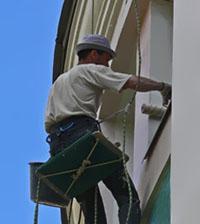peintre batiment facade revetement echafaudage siege corde rouleau pinceau tache humidite reflechir reflexion